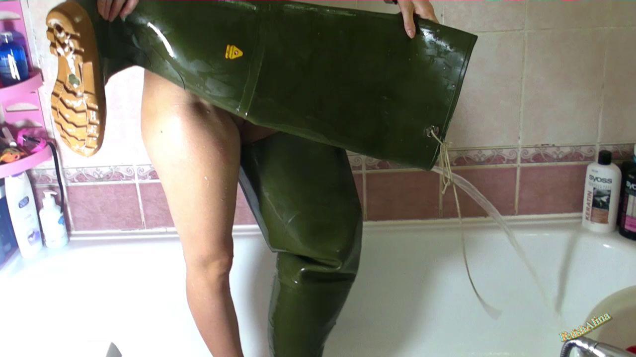 Эффектные сливы воды из сапог. Christina-in-thong-swimsuit-and-waders_10
